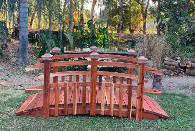 Half Spindle Bridges (4-12ft.) Bring the beauty of peaceful nature escapes to your garden with the Redwood Garden Half Spindle Curved Rail bridge